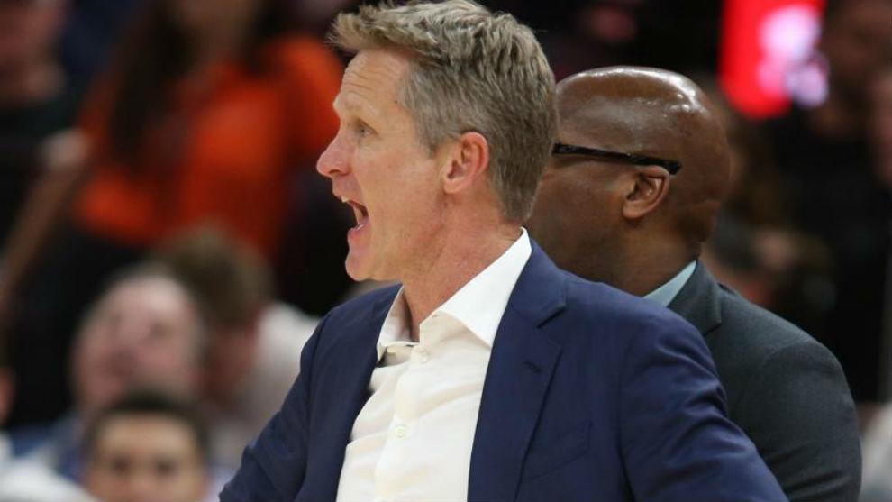 Steve Kerr dirigiendo a los Warriors