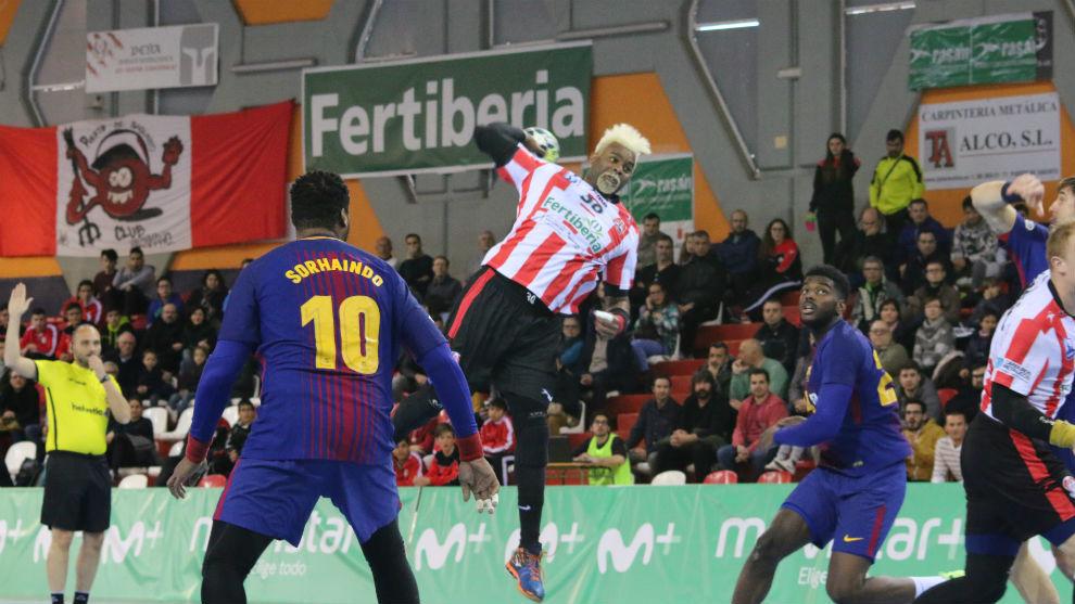 Boisedu lanza sobre la portería del Barcelona