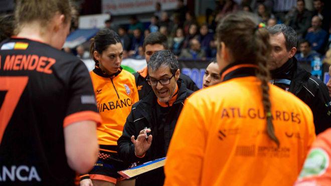 José Ignacio Prades durante un tiempo muerto del Atl. Guardés