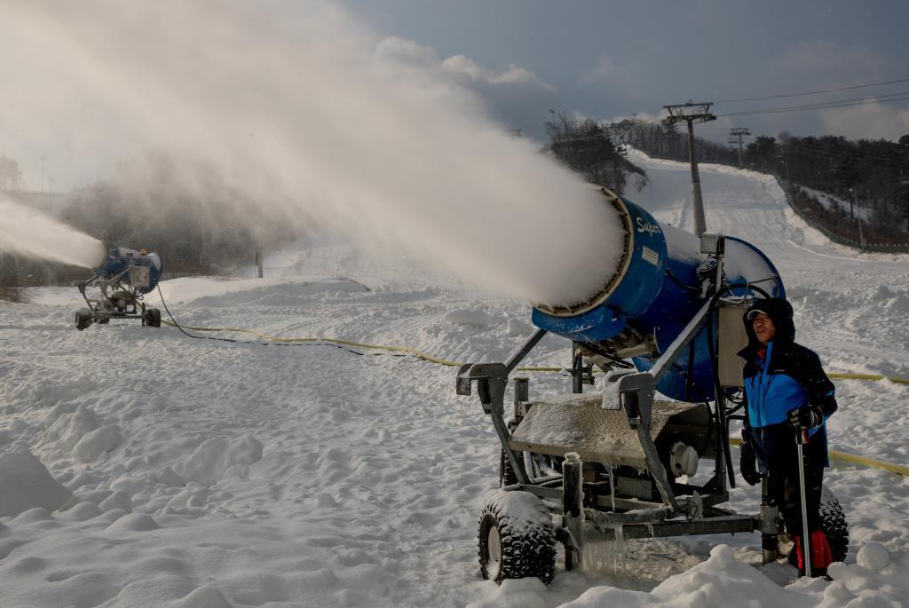 Cañones lanzan nieve artificial durante los preparativos para los...