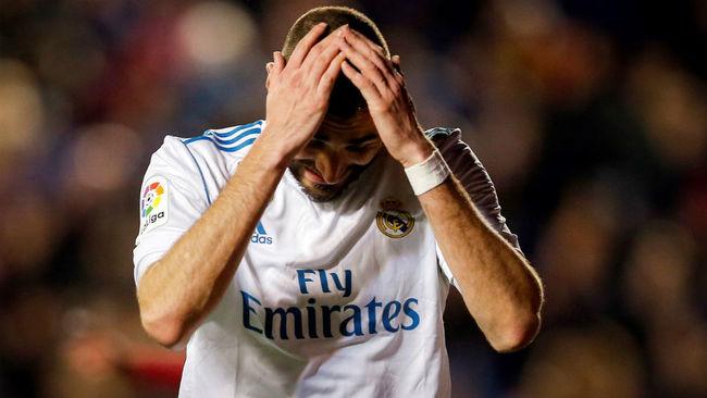 Benzema se echa las manos a la cabeza durante un partido.