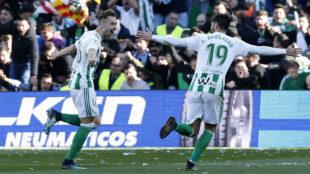 Loren celebra con Barrargán uno de sus goles al Villarreal.