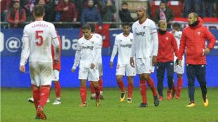 Los jugadores del Sevilla, tras caer en Eibar.