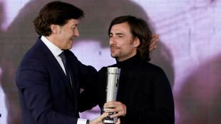 Gelete Nieto, recibiendo un premio de manos de José Ramón Lete.