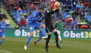 Cuéllar atrapa un balón ante Jorge Molina.
