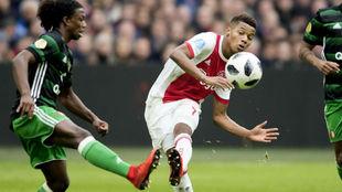 Neres dispara a puerta contra el Feyenoord.