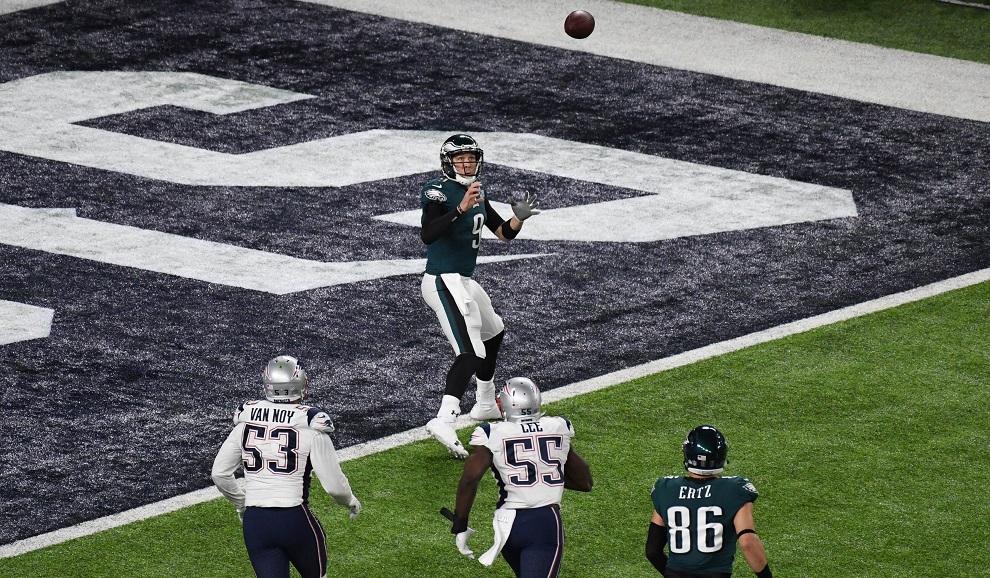 Nick Foles recibiendo el balón