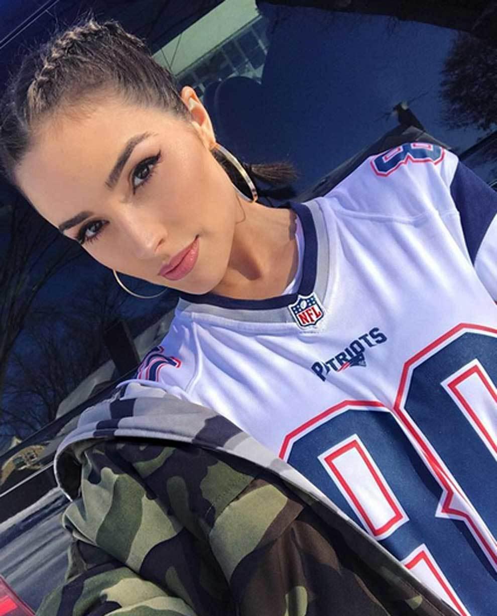 Olivia Culpo vestida de los Patriots para animar a Tony Amendola en la...