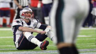 Brady, desconsolado en el césped del U.S. Bank Stadium.