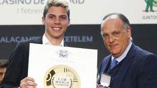 Javier Tebas entrega un premio a Joan Mir.