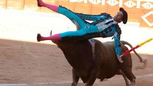 Agustín Serrano en el momento en que el toro le alcanza