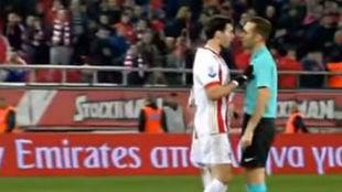 Botía, en el momento de empujar al árbitro.