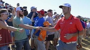 Jon Rahm saluda a los aficionados durante la última jornada del...