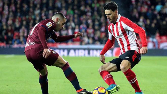Rubén Peña pelea un balón con Aduriz en San Mamés.