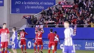 Los jugadores del Almería dedican la victoria en Lorca a su afición