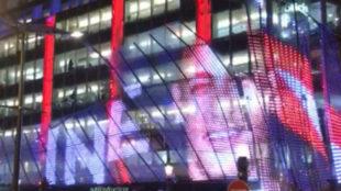 Fachada del edificio de París con la imagen de Neymar.