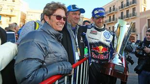 Ogier, junto a sus padres celebrando el triunfo en el Rally de...