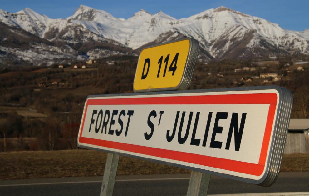 Cartel a la entrada del pueblo de nacimiento de Ogier