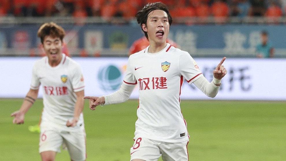 Zhang Xiuwei celebra su gol al Shandong Luneng en la Superliga china...
