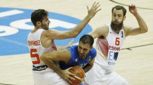 Rudy Fernández y Sergio Rodríguez presionan a Aradori en un...