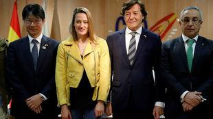 Mireia Belmonte con los presidentes del CSD, del COE y el primer...