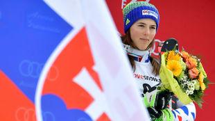 Petra Vlhova, con la bandera de su país.