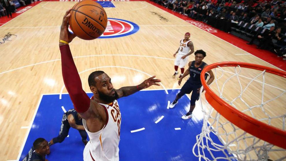 LeBron James machaca el aro con los Cavaliers