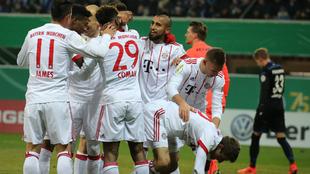 Los jugadores del Bayern celebran uno de los seis goles marcados al...