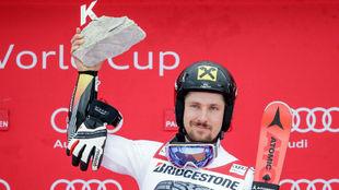Hirscher, en el podio después de vencer en Garmisch Partenkirchen.