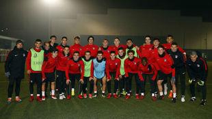 Los jugadores del Juvenil del Atlético posan tras el entrenamiento en...