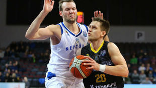 Mateusz Ponitka intenta avanzar ante Sulskis