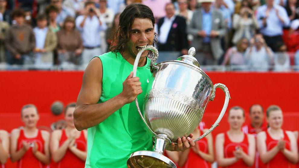 Rafa Nadal muerde la copa de campeón en Queen's 2008.