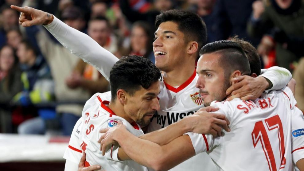 Los jugadores del Sevilla celebran el gol de Correa
