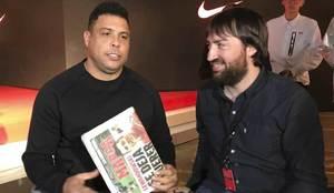 Ronaldo, junto al redactor, posa con el diario MARCA.
