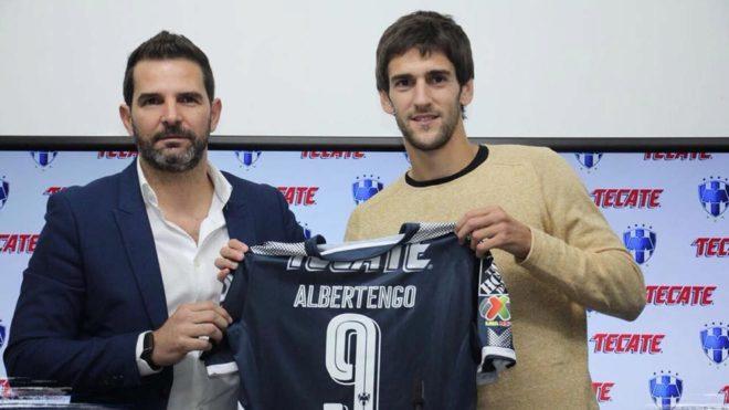 Duilio Davino y Lucas Albertengo posan con la que será la camiseta...