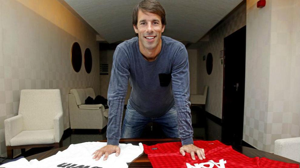 Van Nistelrooy posa con las camisetas de Manchester United y Real. 25a500a142f71