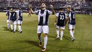 Los jugadores del CD Castellón celebrando un gol con su gente