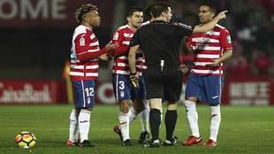 Los jugadores del Granada protestan a Díaz De Mera la expulsión de...