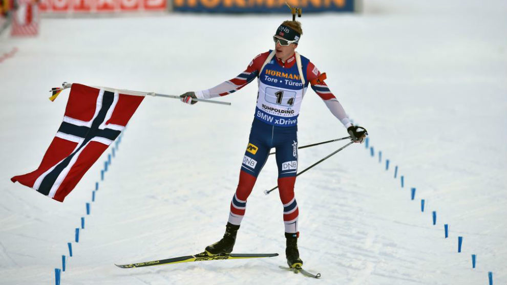 El noruego Boe muestra su bandera en la llegada de una prueba de...