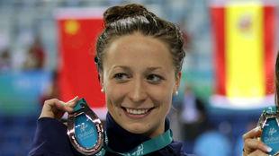 Ariana Kukors posa con una medalla en el Mundial de piscina corta de...