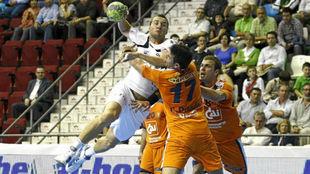 Carlos Rodriguez Prendes  y  Gabor Grebenar intentan frenar a Mariusz...