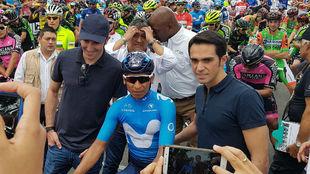 Ivan Basso y Alberto Contador, con Nairo Quintana en la salida de la...
