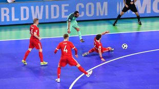 Ricardinho, rodeado de jugadores rusos, remata a puerta.