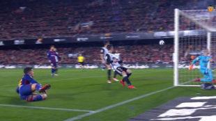 Coutinho remata para hacer su primer gol como culé.