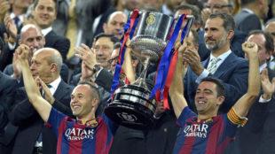 Xavi e Iniesta levantan la Copa del Rey 2015