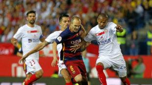 Iniesta, rodeado de varios jugadores del Barcelona en la fnal de la...