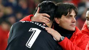 Montella se abraza con Sergio Rico tras pasar a la final copera.