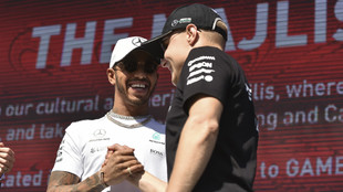 Hamilton, junto a su compañero Bottas