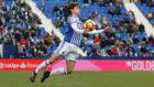 Odriozola controla el balón con el pecho durante un partido contra el...