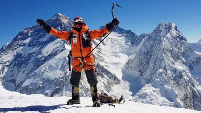 Alex Txikon tras alcanzar la cima del Pumori (7.161 metros), antes de...